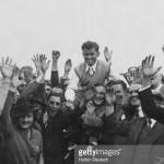 16 D.J. Rees carat de multime dupa cistigarea turneului din 1936 (sursa-gettyimages)